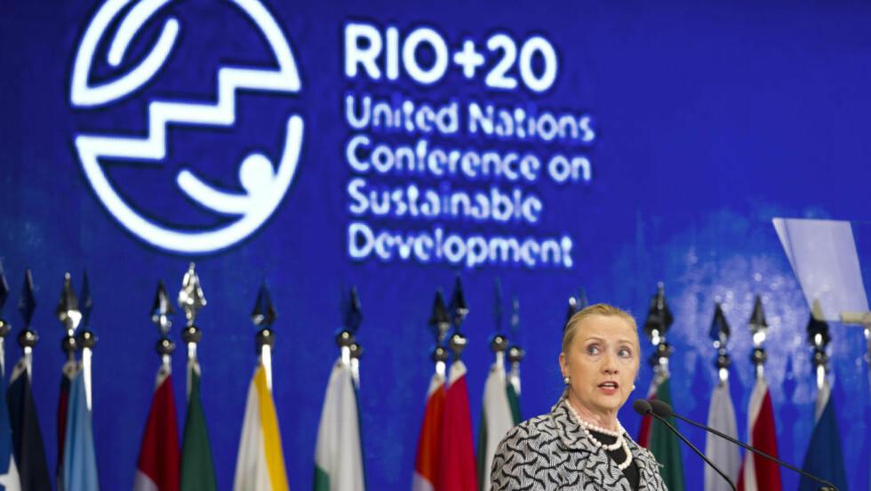 MENS SJEFEN VAR HJEMME:  Utenriksminister Hillary Rodham Clinton holder USAs innlegg på på Rio-konferansen fredag. FOTO: Victor R. Caivano, AP/NTB SCANPIX.