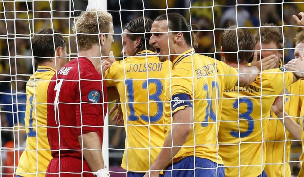 HISSIG: Som kapteinen i laget følte nok Zlatan at han måtte stille opp for sine lagkamerater som ble dyttet. Foto: EPA/KERIM OKTEN/NTB scanpix