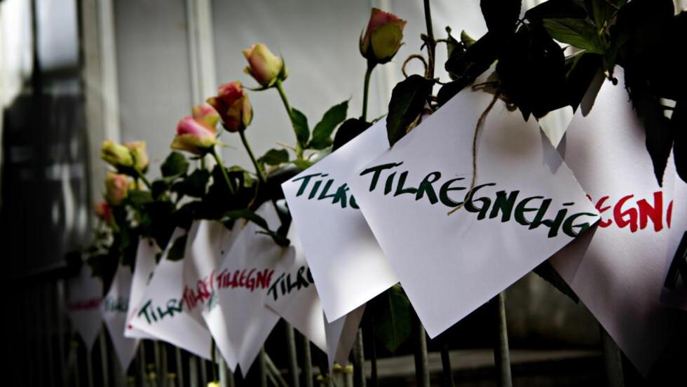 «TILREGNELIG»: Under siste dag i 22. juli rettssaken hadde noen hengt opp 77 roser, hver med et kort som har påskriften «Tilregnelig» utenfor Oslo Tingrett. Foto: Lars Eivind Bones / Dagbladet