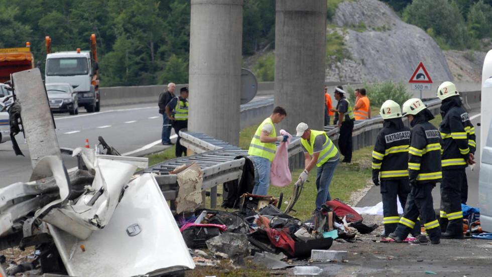 Politi og redningsarbeidere jobber på ulykkesstedet, like ved Gospic i Kroatia. Foto: AP Photo