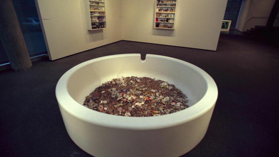 LIV OG DØD: Tate Modern viser en stor utstilling av Damien Hirsts verker i sommer. I den fremstår nittitallets store navn først og fremst som fortærende repetitiv. Bildet er av Hirst-verker utstilt på Astrup Fearnley-museet i Oslo.