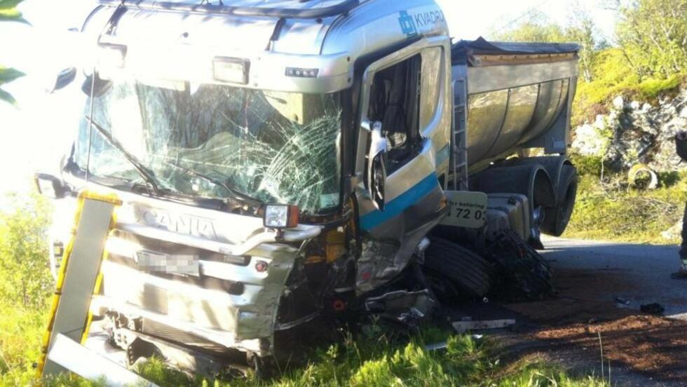 KRASJET: Lastebilen ble hardt skadd i utforkjøringen. Foto: Jostein Larsen Østring / Nordlys