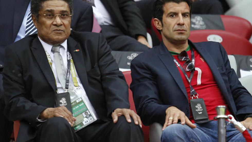 TIL SYKEHUS: Eusebio og Luis Figo så Portugal spille seg til semifinale torsdag. I går ble Eusebio lagt inn på sykehus i Polen. Foto: AP Photo/Armando Franca