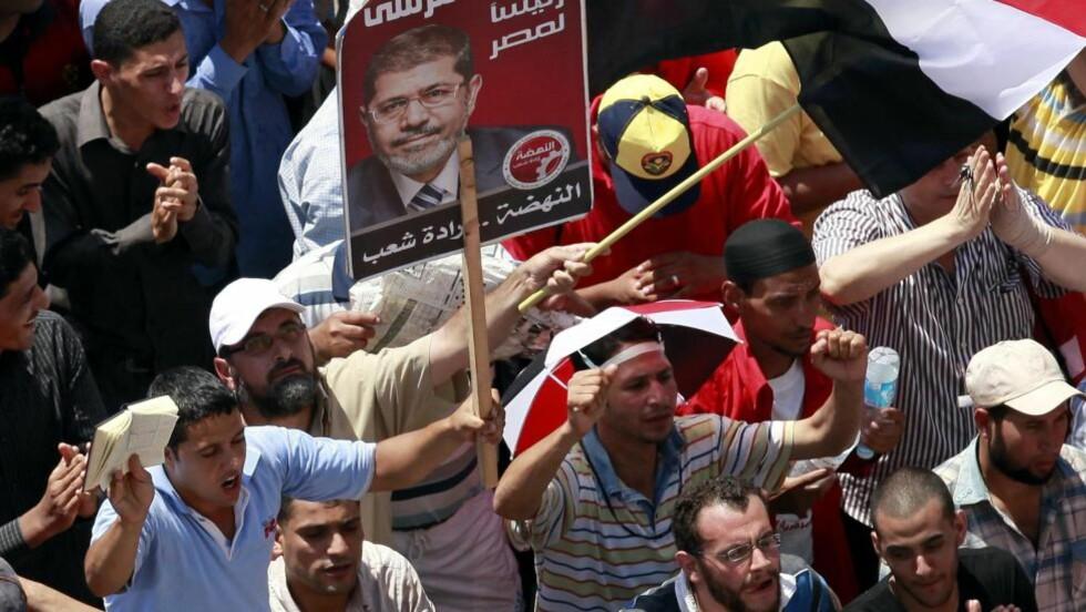 DEMONSTRASJONER: Tilhengere av begge presidentkandidatene har samlet strømmet ut i gatene for å demonstrere. Foto: EPA/ANDRE PAIN
