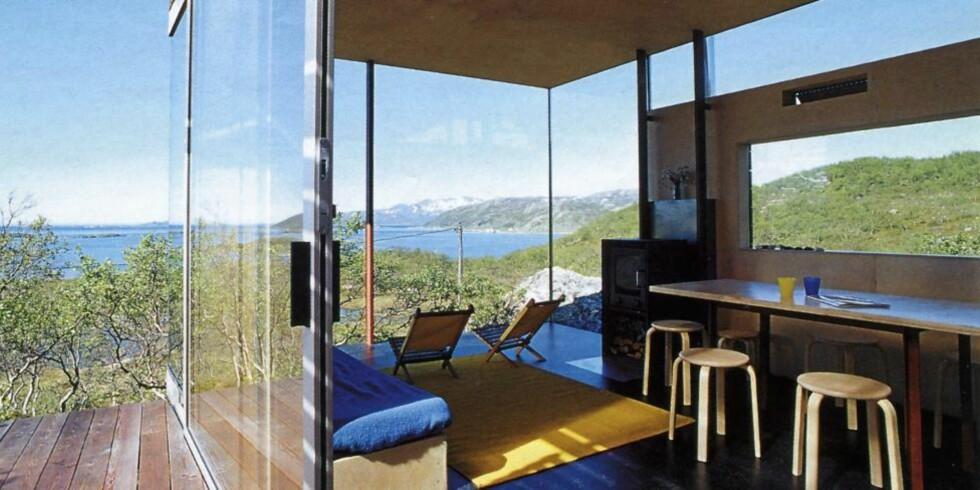 PANORAMAHYTTE: Med glass fra gulv til tak i hele fronten har eieren, arkitekt Gisle Løkken i 70 N arkitektur i Tromsø 180 grader utsikt over den praktfulle naturen på Ringvassøy.  FOTO: Espen Grønli