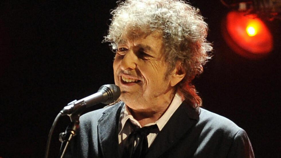 MYE OMTALT: Bob Dylan er en av de artistene som er blitt gjenstand for flest bøker av alle mulige slag opp gjennom åra. En av de beste har han skrevet selv. Mange venter at han skal følge opp Memoarer del 1 (2004). Her er han under en konsert i januar i år. Foto: Chris Pizzello / AP