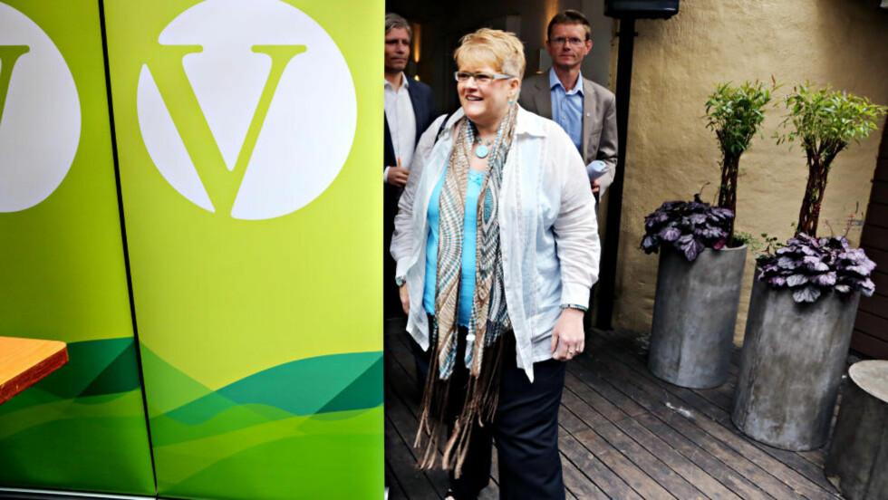 VIL IKKE AVKLARE: Venstre-leder Trine Skei Grande, nestleder Ola Elvestuen og Terje Breivik møtte pressen i dag for å oppsummere den politiske våren. Under pressekonferansen gjorde Venstre-ledelsen klart at de vil forhandle med Høyre om en felles regjeringsplatform. Foto: Jacques Hvistendahl
