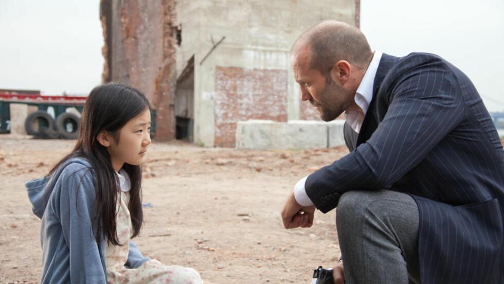 ROLIG ØYEBLIKK: Jason Statham søker trygghet for Mei (Catherine Chan) i gangstermassakren «Safe».