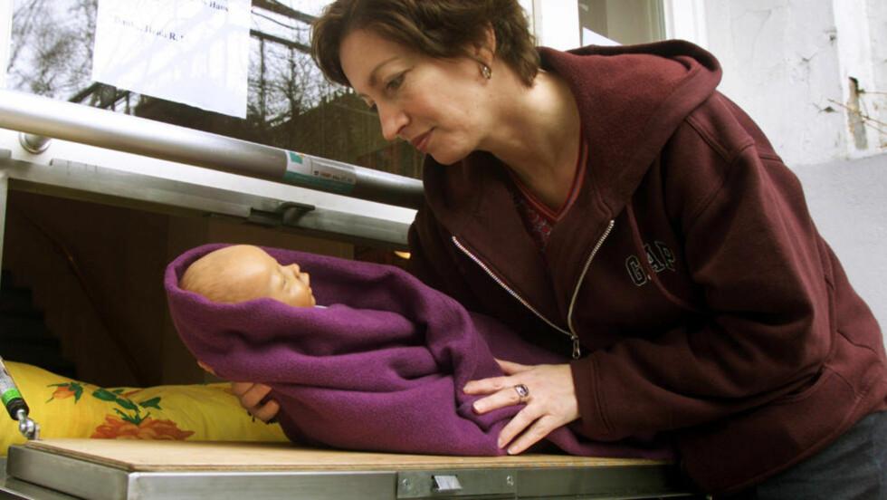 400 BARN SIDEN 2000: Heidi Rosenfeld legger en dukke i en såkalt babyboks i Hamburg. Siden 2000 har omtrent 400 barn blitt forlatt i slike bokser rundt om i Europa. FN advarer mot praksisen. Foto: AP Photo/Michael Probst