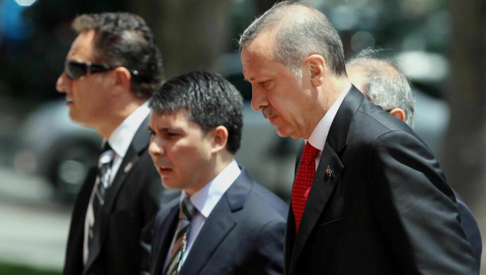 NÅ ER DET ALVOR: Tyrkias statsminister Recep Tayyip Erdogan på vei inn i parlamentet idag for å snakke om Syrias nedskyting av sitt fly i helga. (AP Photo)