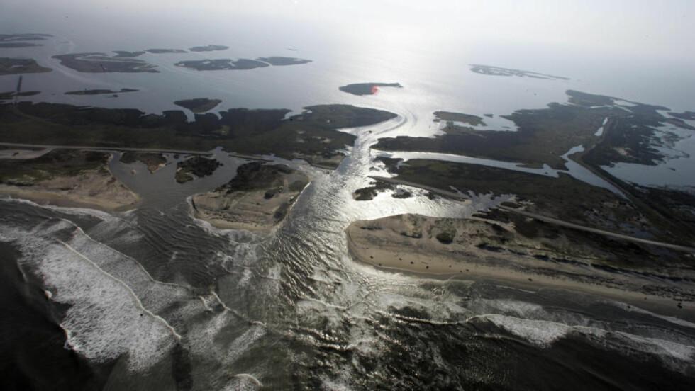 OVERSVØMT: Dette bildet av en oversvømt vei ble tatt i august i fjor på Hatteras Island i Nord-Carolina. En ny studie viser at Nordøst-kysten i USA er mer utsatt for oversvømmelser enn resten av verden. Foto: AP Photo/Jim R. Bounds/NTBScanpix