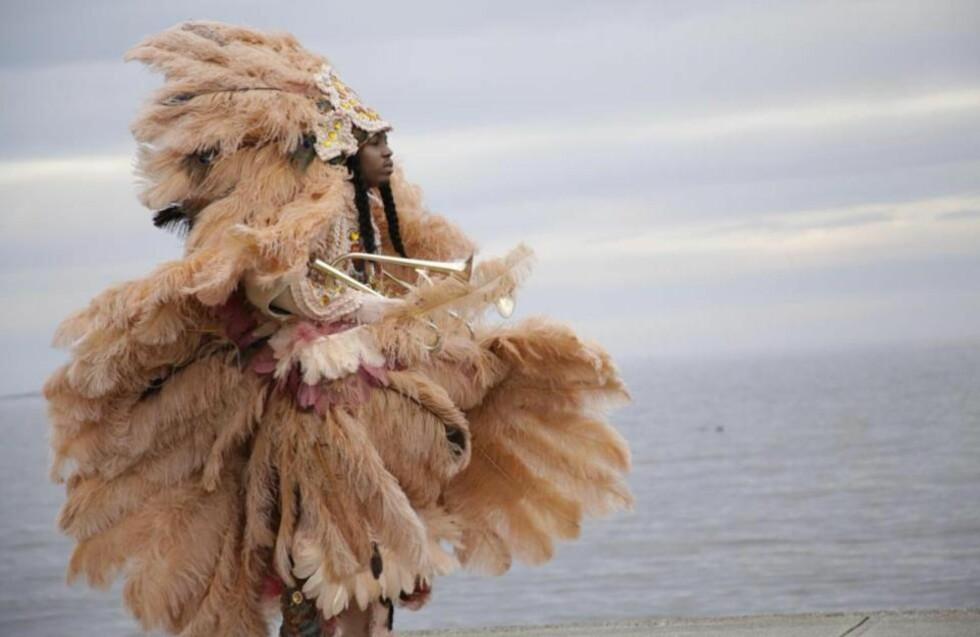 CHRISTIAN SCOTT:  Ung amerikansk trompeter som betoner sin afrikanske arv som «Black Indian» eller «Mardi Gras Indian» ved å ikle seg strålende gevanter og endre navnet sitt til Christian Scott aTunde Adjuah. Foto: Concord Rec.