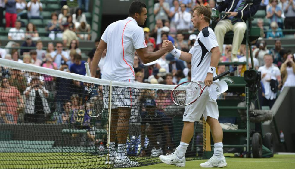 LETT: Jo-Wilfried Tsonga hadde små problemer med å overliste veteranen Lleyton Hewitt i Wimbledon-turneringens første runde. Foto: SCANPIX/REUTERS/Toby Melville