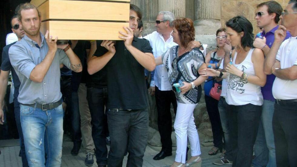 MINNET: Miki Roque (23) ble gravlagt i Katalonia, Spania i går. Carles Puyol var tilstede i begravelsen. Foto: SCANPIX/EPA/DAVID BASORA