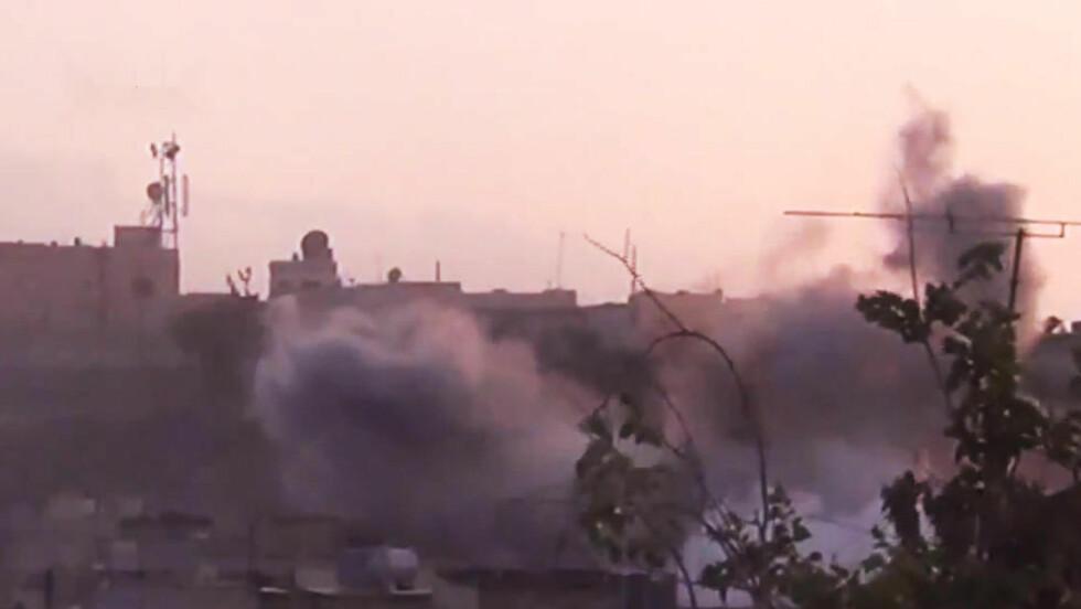 KRIG:  Dette bildet fra en amatørfortograf viser røyken etter et angivelig angrep på byen Homs. Syrias president al-Assad sier landet nå er i krig. Foto: AP Photo/Shaam News Network/NTB Scanpix