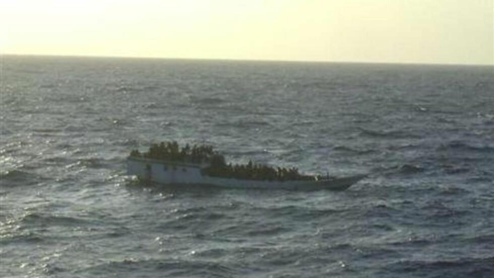 ULYKKESBÅTEN: Dette bildet av båten som kantret er i dag frigitt av australske myndigheter. REUTERS/Australian Maritime and Safety Authority/Handout
