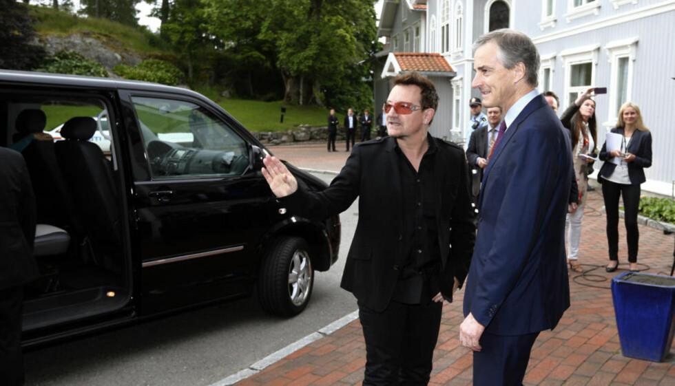 «MØTE»: Gi dem to mikrofoner og et podium. Bono og Jonas Gahr Støre er det perfekte «møtet».  Foto: Lars Eivind Bones