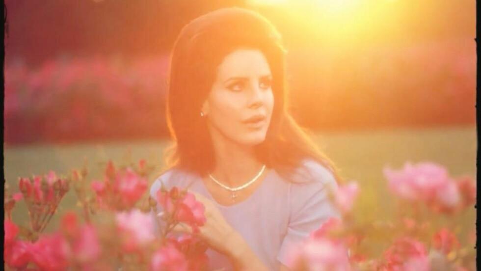 «JACKIE O»: Lana Del Rey (26) i rollen som den ikoniske presidentfrua Jacqueline «Jackie O» Kennedy Onassis i sin siste musikkvideo til låta «National Anthem». Foto: Faksimile «National Anthem» / YouTube