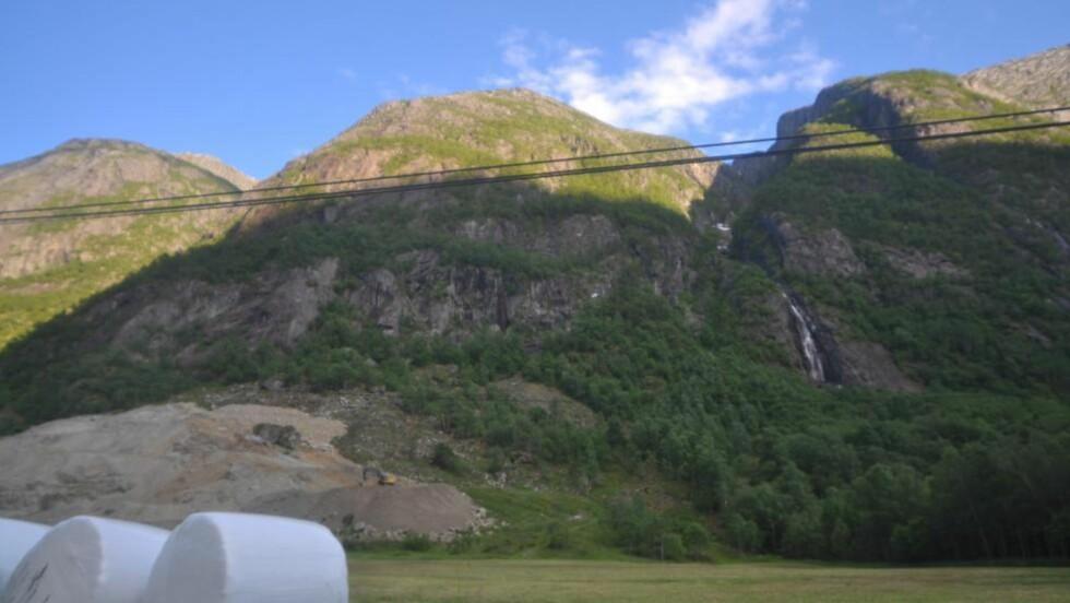 FALLSKJERMULYKKE: En amerikansk mann (43) omkom onsdag i en fallskjerm-ulykke i Simadalen i Eidfjord etter å ha truffet en fjellvegg. Dette skjedde i Simadalen i Eidfjord, cirka én time unna Voss. Bildet er fra området hvor ulykken skjedde. Foto: Vegard M. Aas