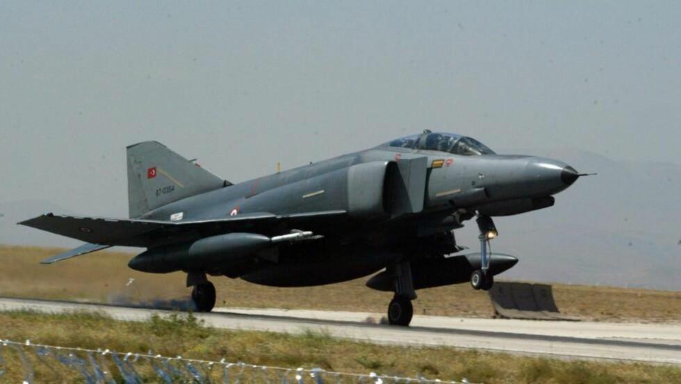 SKUTT NED:  Et tyrkisk jagerfly av typen F-4 Phantom Fighter ble skutt ned av Syria forrige fredag. Foto: EPA/STRINGER