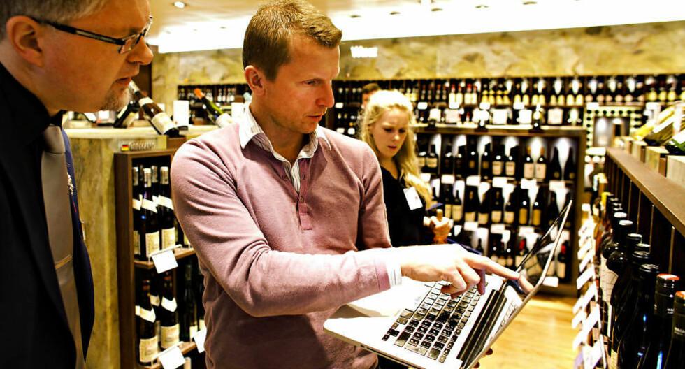 POLSJEKK: Dagbladets vinekspert Ken C. Engebretsen sjekker polprisene sammen med Dag Einar Jaatun, en av vinkelnerne som gir deg gode råd på Gardermoen. Foto: OLE C.H. THOMASSEN