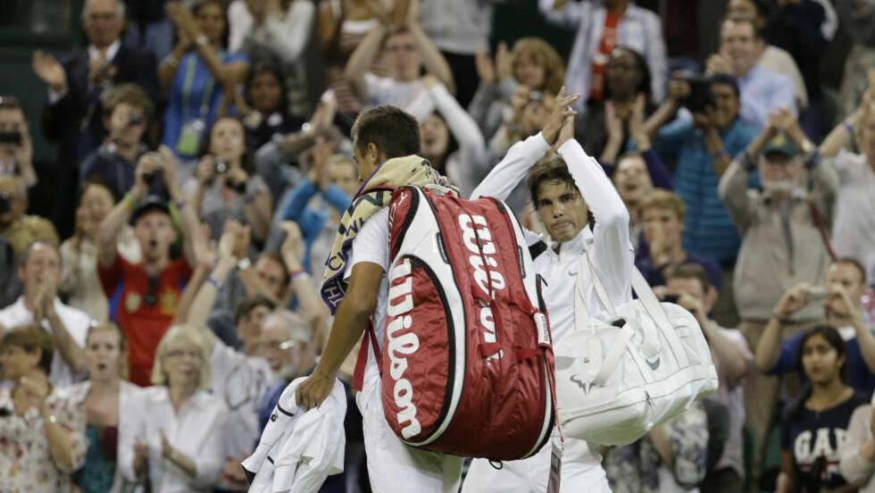 UTE: Rafael Nadal takker publikum etter å ha blitt slått ut, svært overraskende, av tsjekkiske Lukas Rosol. Foto: SCANPIX/AP/Anja Niedringhaus