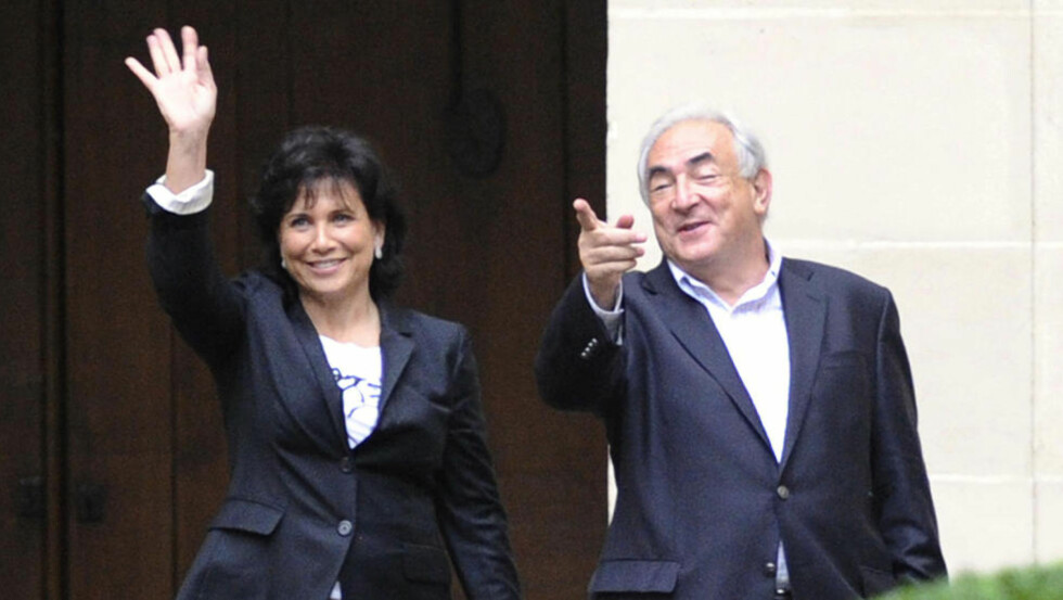 FIKK NOK: Et år etter at sex-avsløringene begynte i New York, har Anne Sinclair mistet tålmodigheten med sin mann, tidligere IMF-sjef Dominique Strauss-Kahn. Her kommer de til sitt hjem i Paris i september i fjor. foto: AFP/ MIGUEL MEDINA