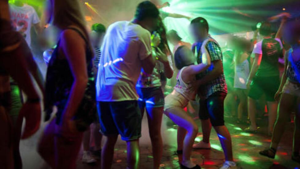 TETT DANSING: Guttene på utestedet skryter av hvor lett det er å  «få seg noe» fra fulle norske jenter, mens mange av jentene klager over tafsing. Foto: Benjamin A. Ward/Dagbladet