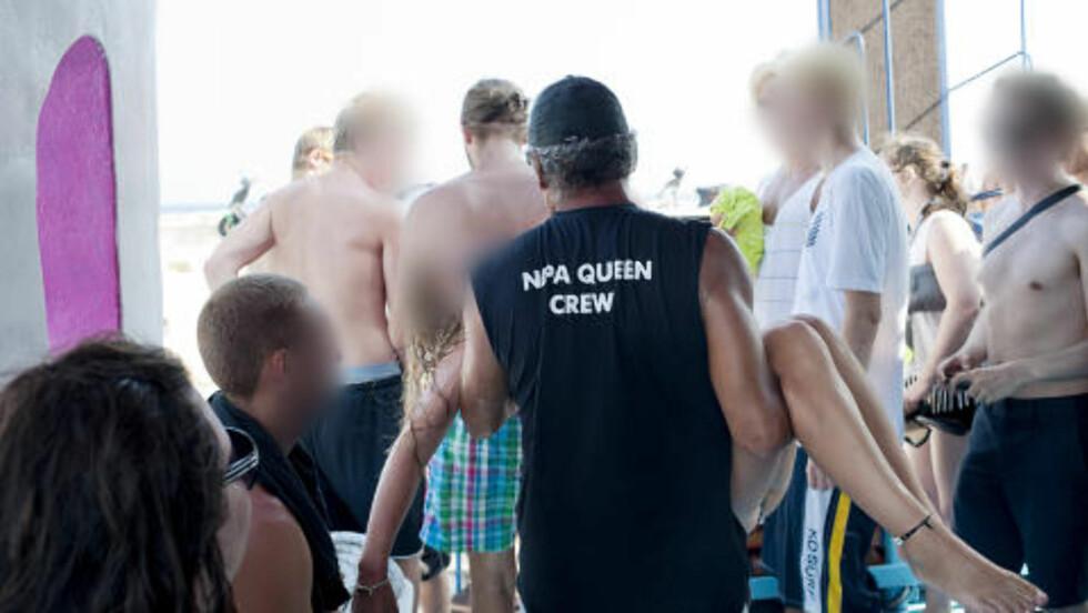 MÅTTE BÆRES UT: Her bæres en jente ut fra båten etter partycruiset i Ayia Napa. Foto: Benjamin A. Ward/Dagbladet