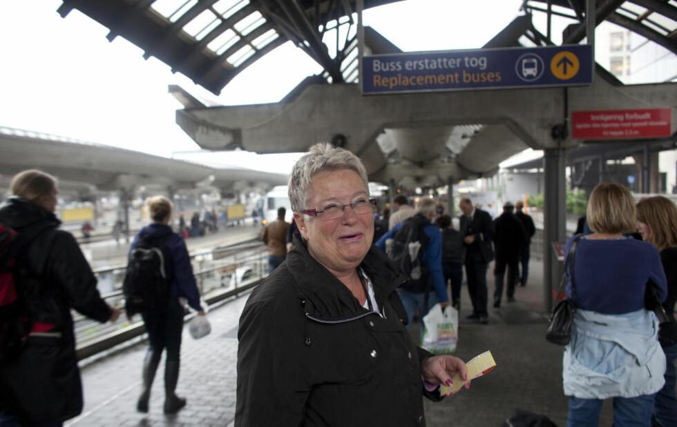 - GODT DET ER FERIE:  Karin Frøyna (66) pendler fra Ski til Skøyen i forbindelse med jobben og forteller at det tar mye lengre tid enn vanlig på grunn av buss for tog. Derfor er hun glad for at hun nå tar ferie. Foto: Lars Thorvaldsen