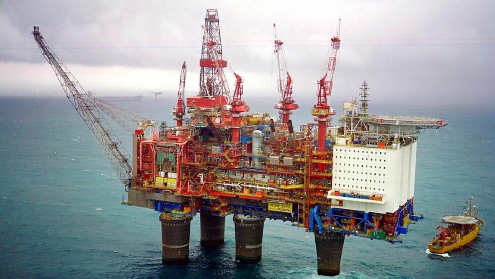 LEKKASJE OG STOPP I PRODUKSJONEN:  Sender sender 40-50 oljearbeidere i land fra Gullfaks A etter at det ble oppdaget en lekkasje i går. Foto: Statoil.