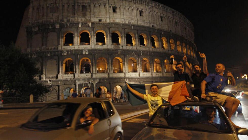 TRAGISK UTFALL: I Roma feiret italienerne seieren i går, men på Sardinia fikk feiringen dramatiske følger. Foto: SCANPIX/AP/Alessandra Tarantino
