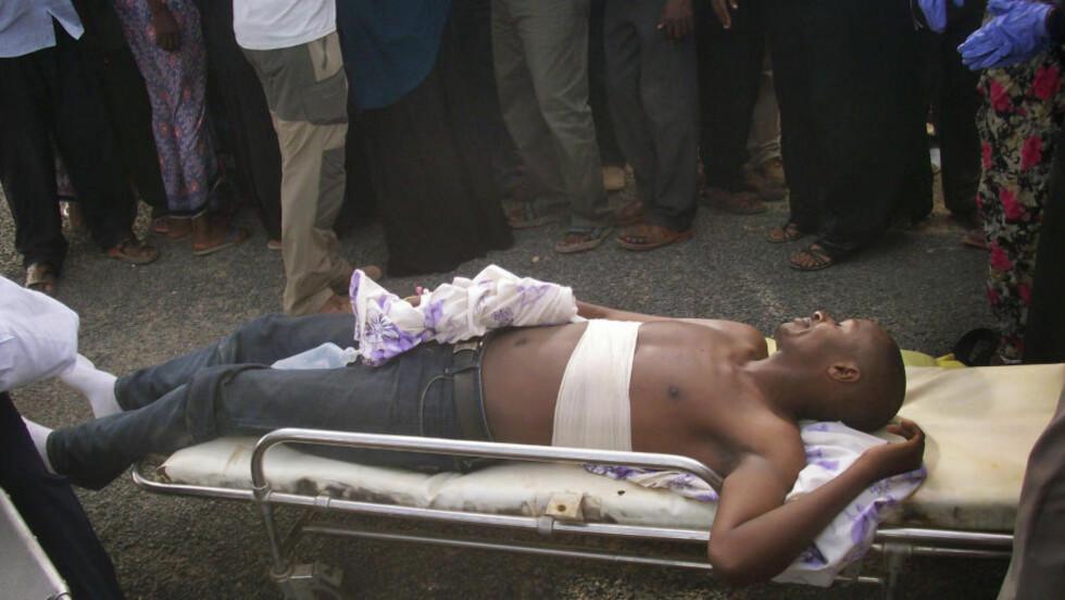 Skadet:  En kenyansk hjelpearbeider som ble skadet i angrepet tidligere i dag venter her på å bli evakuert fra Dadaab flyktningleir.  (AP Photo)
