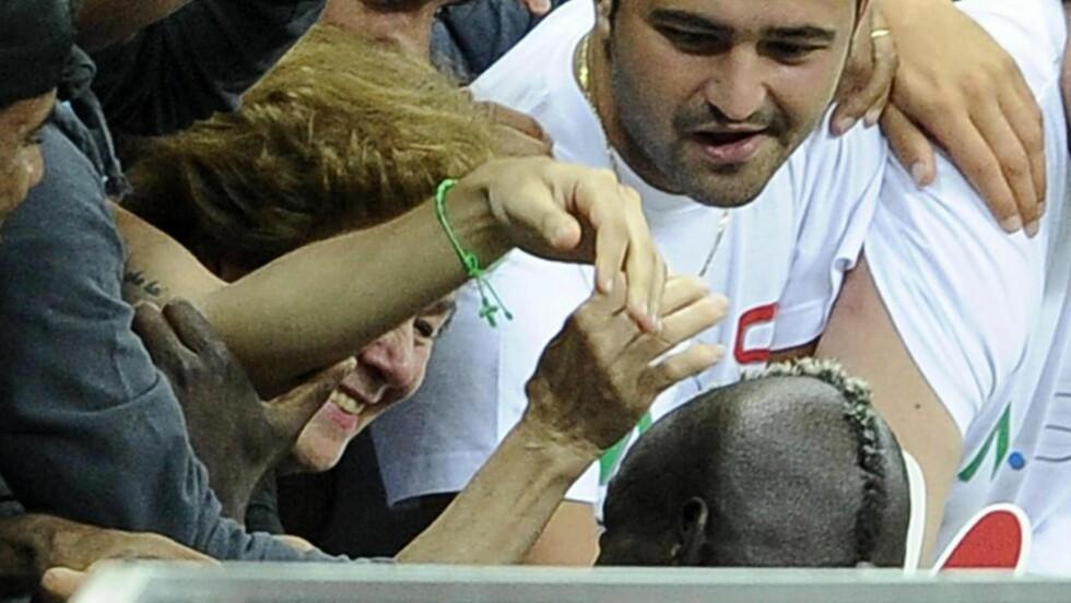 RØRT: Mario Balotelli løp rett til mamma Silvia etter å ha sendt Italia til EM-finale før helga. Foto: SCANPIX/EPA/MAURIZIO BRAMBATTI