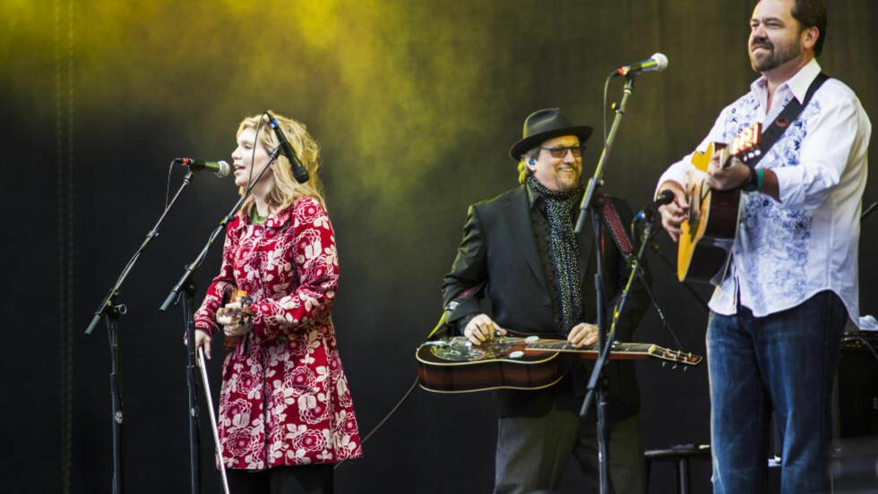 EN HELLIG TREENIGHET: Alison Krauss, Jerry Douglas (i midten) og Dan Tyminski storkoste seg på Sommerfestivalen i Holmenkollen lørdag. Foto: Sondre Steen Holvik / Dagbladet