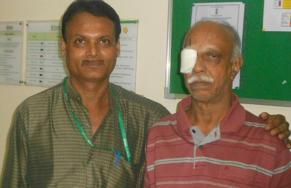 HELDIG: P.K. Krishnamurthy (t.h.) hadde en 12,5 centimeter lang orm bak øyet. Heldigvis ble den oppdaget i tide, og kirurg  V. Seetharaman (t.v.) fikk fjernet den før den fikk gjort noen skade. Foto: AFP/ FORTIS HOSPITAL MULUND