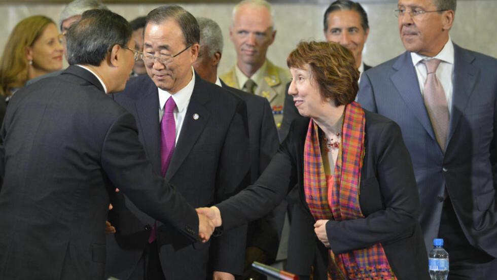 NÅ HAR DE EN SYRIA-PLAN:  Fra venstre Kinas utenriksminister Yang Jiechi, FNs generalsekretær Ban Ki-moon, EUs utenriksminister Catherine Ashton og Russlands utenriksminister Sergej Lavrov i Geneve i dag. I midten bak, i lys uniform, sjefen for FN-styrkene i Syria - den norske generalen Robert Mood. FOTO: Martial Trezzini, AP/Keystone/NTB SCANPIX.