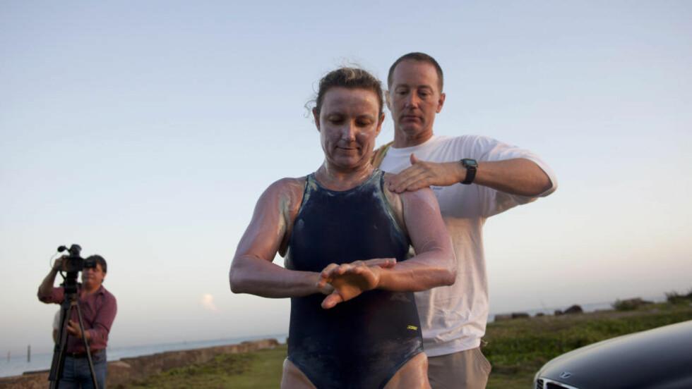 LANGDISTANSE: Britisk-Australske Penny Palfrey og hennes mann Chris gjør de siste forberedelsene før hun legger ut på den lange turen, som ble avbrutt etter 40 timer i vannet. Foto: Ramon Espinosa/AP/NTBscanpix