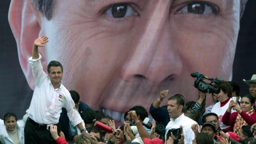 FORNØYD:  Regionalpolitikeren og juristen Enrique Pêna Nieto fra Det institusjonaliserte revolusjonspartiet (PRI) vil mest trolig overta makten i Mexico. Hans parti har allerede startet feiringen til tross for at det endelige resultatet ikke er klart. Foto: Mario Vazquez /  AFP Photo / NTB Scanpix