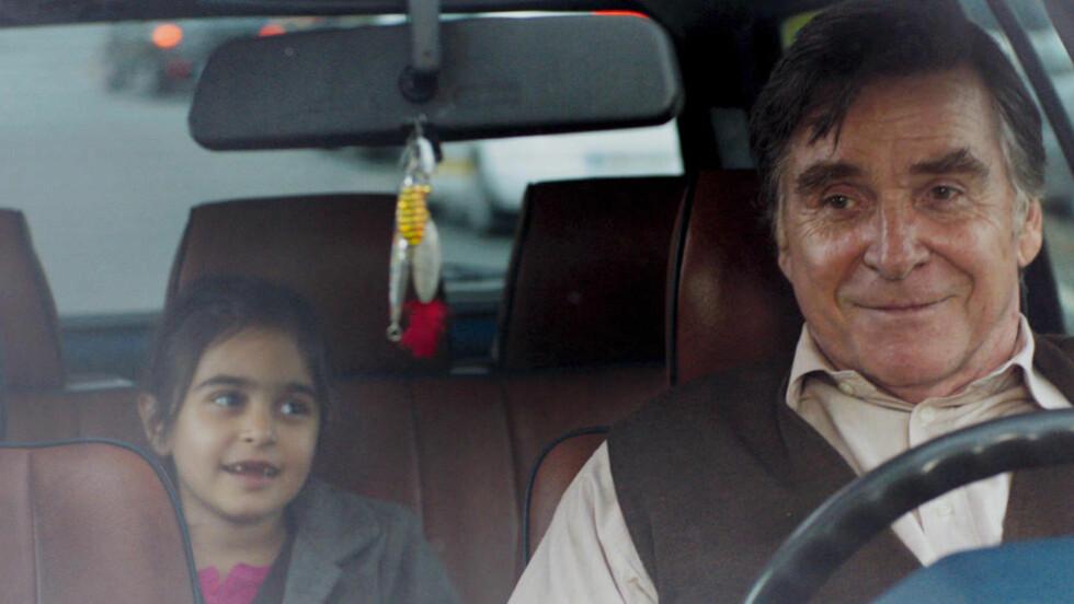 UMAKE PAR: Hayat (Mercan Türkoglu) og Hartmut (Elmar Wepper) prøver å finne ut av ting sammen i taxikomedien «Trekvart måne».
