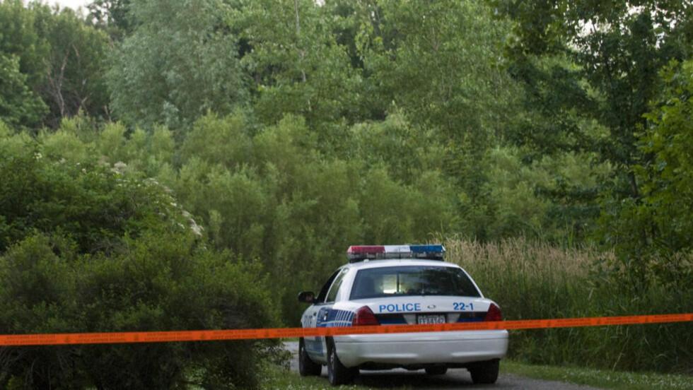I EN PARK: Dette bildet ble tatt i går, da politiet fant kroppsdeler som trolig tilhører offeret til Luka Rocco Magnotta, som er mistenkt for å ha drept og partert sin elsker. Foto: AP Photo/The Canadian Press, Graham Hughes/NTBScanpix