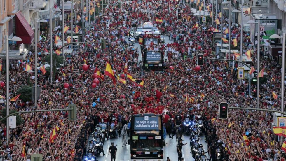 PARADE: Titusenvis møtte opp for å hylle det spanske landslaget i Madrid. Foto: AFP PHOTO / CESAR MANSO / NTB scanpix