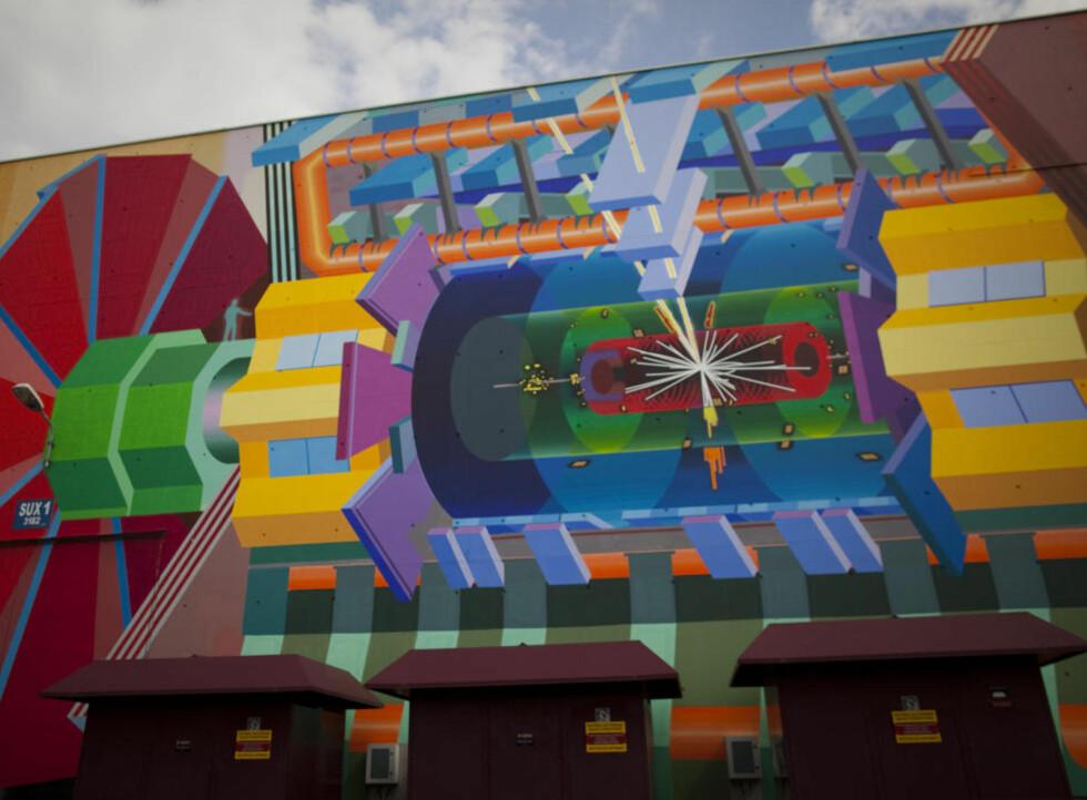 FUNNET NOE?  50 års jakt etter Higgs-bosonet, et sagnomsust partikkel som dagens fysikkmodeller sier må eksistere, kan nærme seg slutten. Foto: AP Photo / Anja Niedringhaus / Scanpix