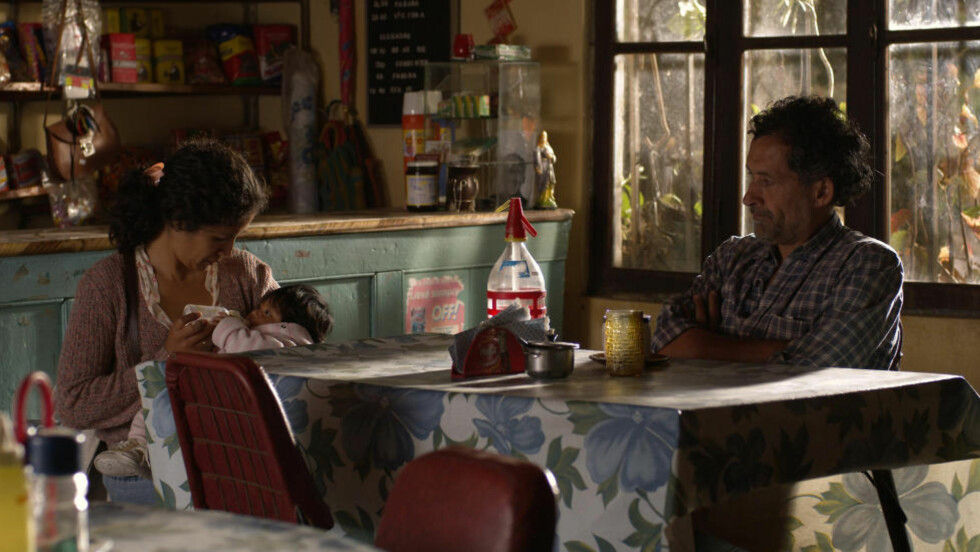 SAKTE NÆRMERE: Trailersjåføren Rubén (Germán da Silva) gir alenemoren Jacinta (Hebe Duarte) skyss i «Veien mot Buenos Aires», en presis og følsom film med små fakter.