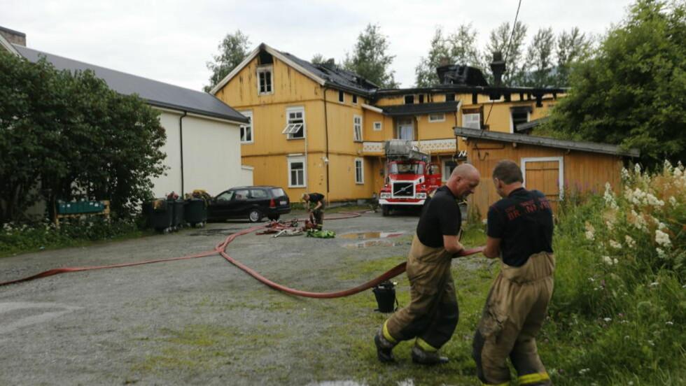 16 HUSLØSE:  Brannvesenet driver i morgentimene med etterslokking ved et hus som brant ned i Christian Bloms gate i Drammen natt til onsdag. 16 personer ble husløse. Foto: Terje Bendiksby/NTB Scanpix.