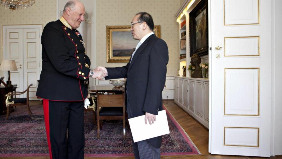 I KONTAKT:  Kong Harald  mottar Kinas ambassadør Zhao Jun til audiens 22. mai i år. Foto: Anette Karlsen/NTB Scanpix.