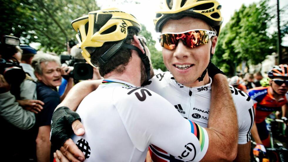 SKAL HJELPE CAV: Edvald Boasson Hagen gratulerer etappevinner Mark Cavendish etter målgang på den 2.etappen i Tour de France. I dag skal Edvald hjelpe lagkompisen til ny seier. Foto: Thomas Rasmus Skaug / Dagbladet.