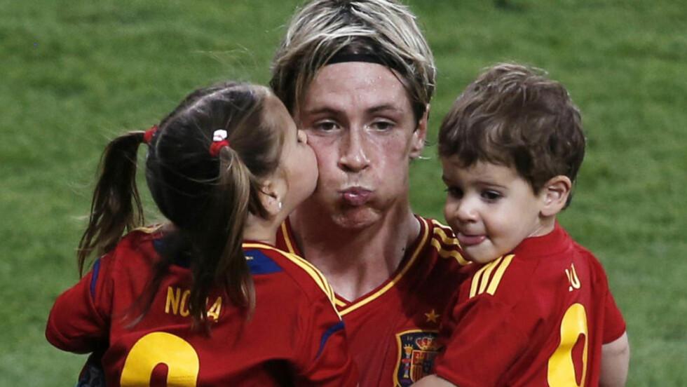 PAPPA:  Fernando Torres ble dobbelt historisk da Spania vant sitt tredje store mesterskap på rad. Her feirer han med barna Nora og Leo. Foto: Reuters/NTB scanpix