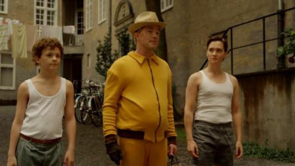 <strong>FAR OG SØNN:</strong> Jon Øigarden (i midten) spiller Barnums far, Arnold og Oskar Lundevold spiller unge Barnum. Frank Kjosås har rollen som halvbroren Fred. Foto: Monster TV / NRK