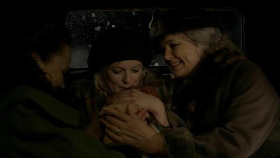 <strong>FØDSEL:</strong> Mariann Hole (i midten) spiller halvbrødrenes mor Vera i serien. Bildet viser Barnums fødsel. Foto: Monster TV / NRK